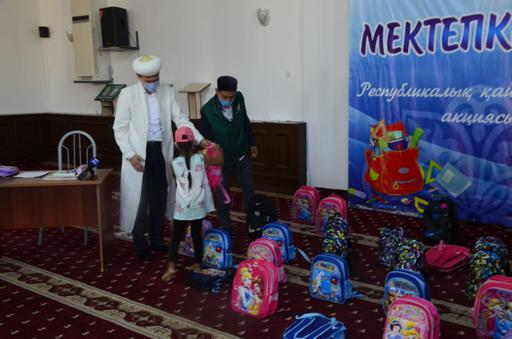 Жезқазған: Балаларға оқу құралдарын алып берді