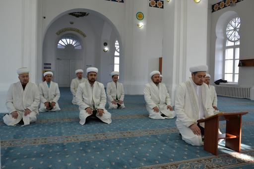 Семей: Имамдар Құранды үздіксіз хатым етіп оқуда
