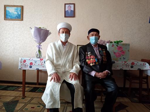 БҚО: Аудан имамы соғыс ардагерін құттықтады