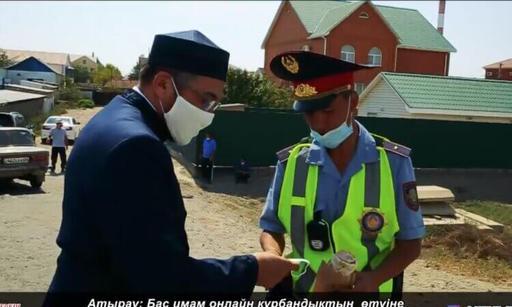 Атырау: Бас имам әртүрлі сала мамандарына айттық үлестірді (Видео)