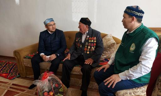 Атырау: Бас имам соғыс ардагеріне сый жасады